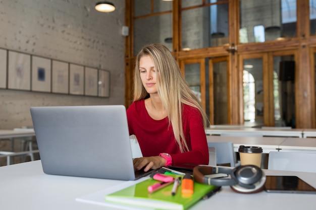 Trabajador remoto en línea joven trabajando en equipo portátil