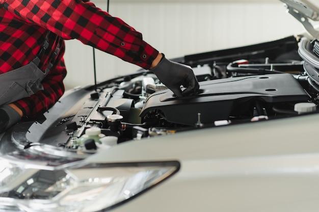 Trabajador repara un automóvil en un centro de reparación de automóviles