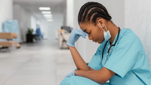 Trabajador de la salud cansado de tiro medio