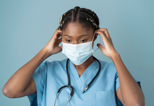 Trabajador de la salud de tiro medio con máscara