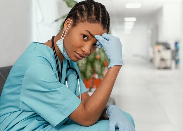 Trabajador de la salud de tiro medio sentado