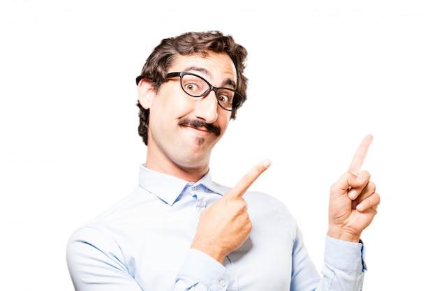 Trabajador señalando hacia arriba con los dedos índices