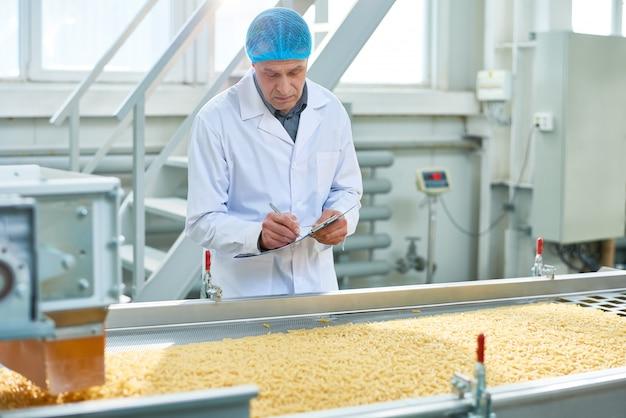 Trabajador senior que supervisa la producción de alimentos