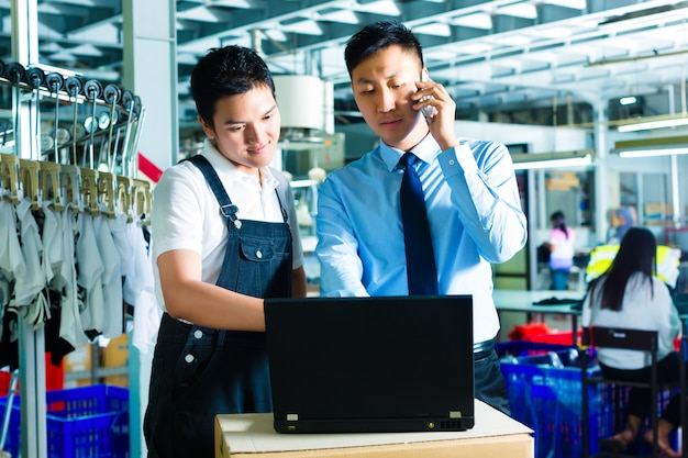 Trabajador y servicio al cliente de una fábrica.