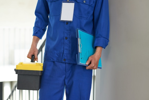 Trabajador de servicio con caja de herramientas