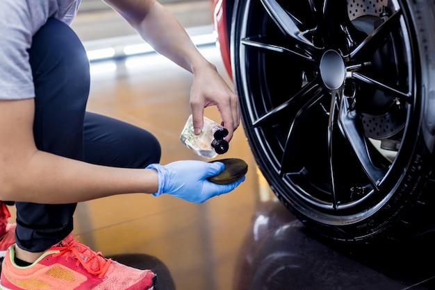 Trabajador de servicio de coche pulido de ruedas de coche con tela de microfibra