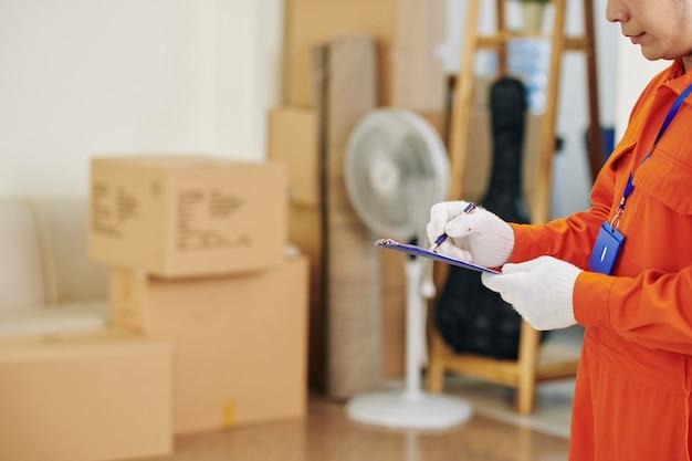 Trabajador de servicio de mudanza llenando papeles