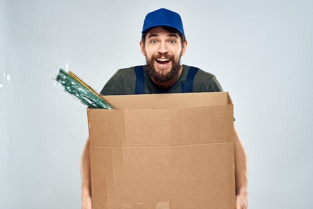 Trabajador de sexo masculino cargando cajas de entrega en las manos estilo de vida de embalaje. foto de alta calidad