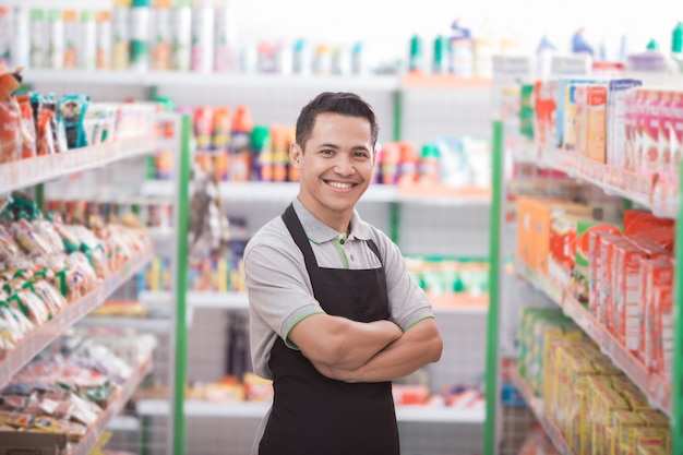Trabajador de sexo masculino en la tienda de comestibles