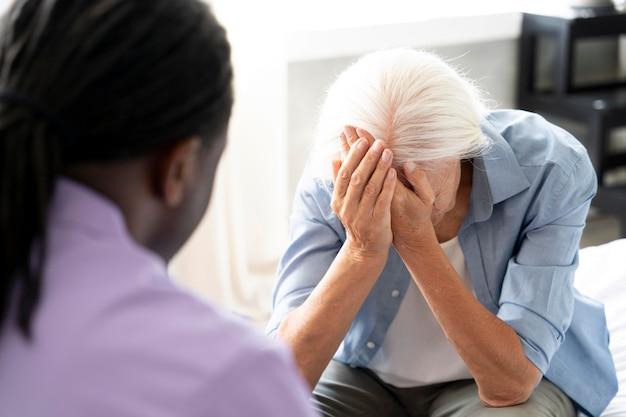 Trabajador social cuidando a una mujer mayor