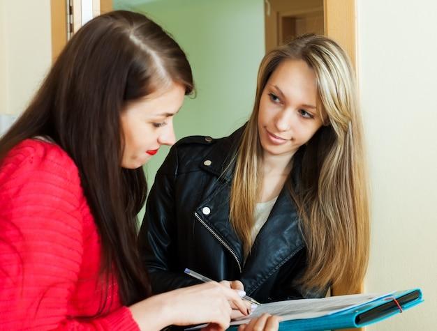 Trabajador social realizando encuesta entre residentes