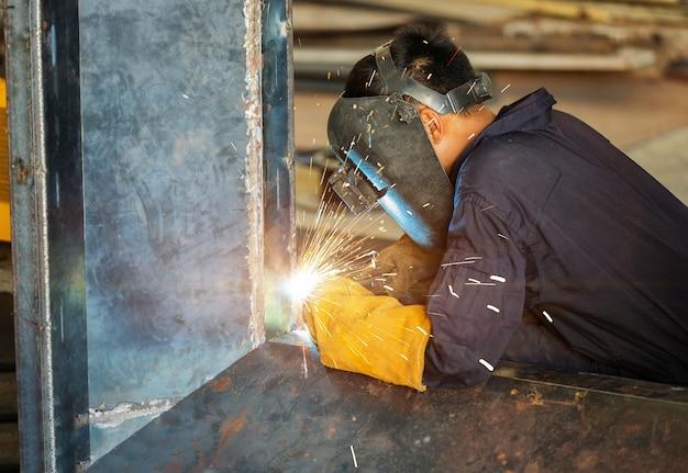 Trabajador soldadura de la construcción por soldadura mig