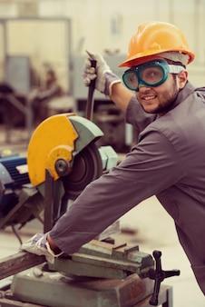 Trabajador de soldadura en el fondo industrial en la fábrica