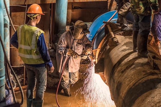 Trabajador soldar la tubería de forma manual