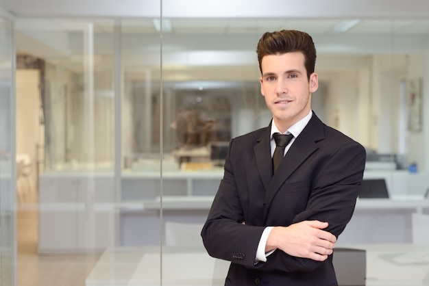Trabajador sonriente con corbata y traje