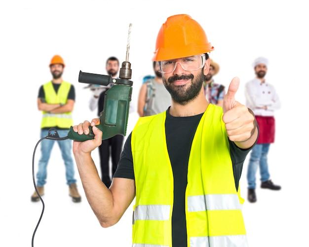 Trabajador con taladro sobre fondo blanco