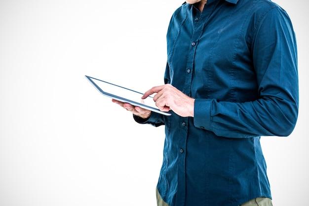 Trabajador tocando una tablet