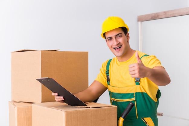 Trabajador de transporte entregando cajas a casa