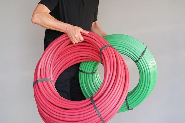 Trabajador con tubo protector electrico