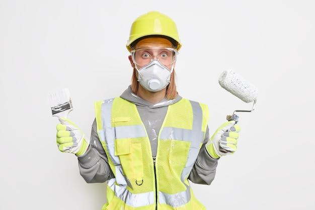 Trabajador uniformado masculino conmocionado