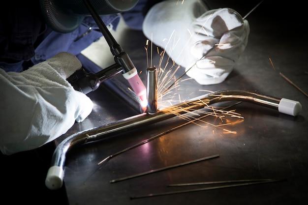 Trabajador de uso argón gas acero soldadura