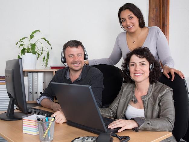 Trabajadora de call center acompañada de su equipo. ayuda y apoyo
