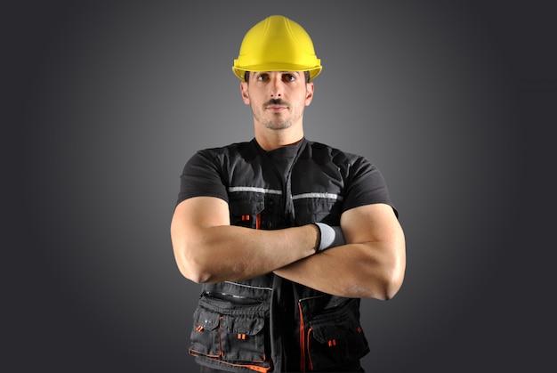 Trabajadora con casco amarillo y cara loca.