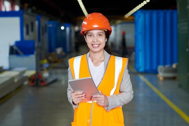 Trabajadora de fábrica en uniforme naranja