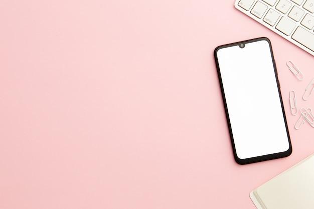 Trabajadora rosa escritorio con teléfono y espacio de copia