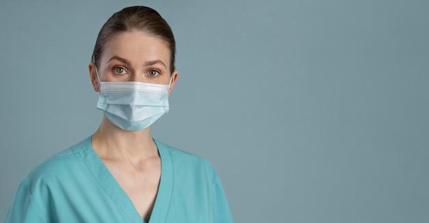 Trabajadora de salud con espacio de copia