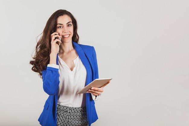 Trabajadora sonriente hablando por teléfono