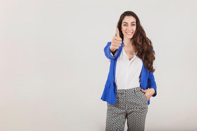 Trabajadora sonriente mostrando un gesto positivo