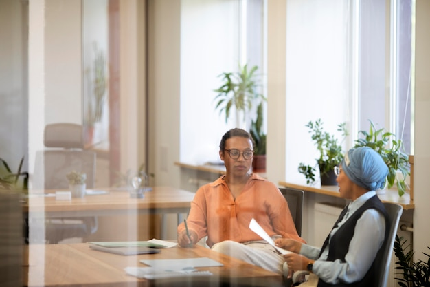 Las trabajadoras discuten sobre posibles empleados después de la entrevista