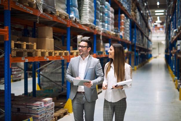 Trabajadores del almacén hablando de logística y distribución.