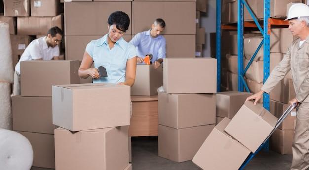 Trabajadores del almacén preparando un envío