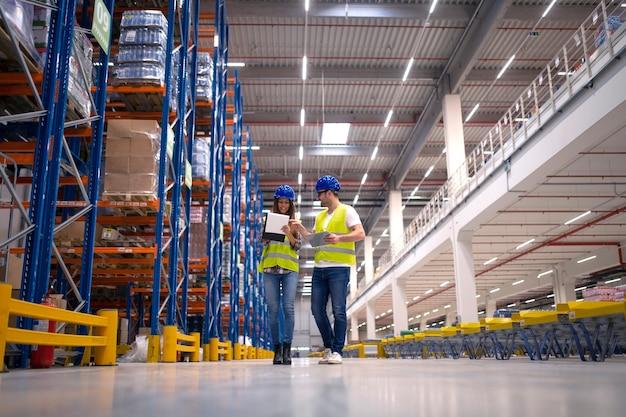 Trabajadores del almacén que trabajan juntos en la organización de la distribución de mercancías al mercado.
