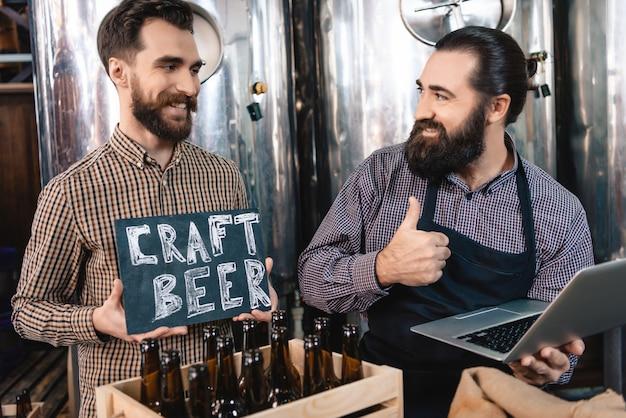 Los trabajadores de la cervecería buena producción artesanal de cerveza