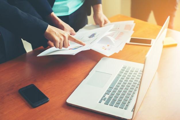 Trabajadores comparando resultados de documentos