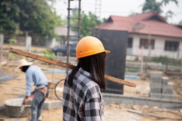 Trabajadores de la construcción construyen casas nuevas