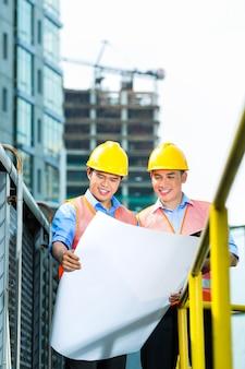 Trabajadores de la construcción indonesios asiáticos en obra