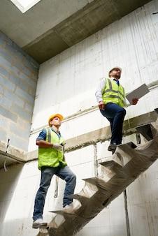 Trabajadores de la construcción que inspeccionan el sitio