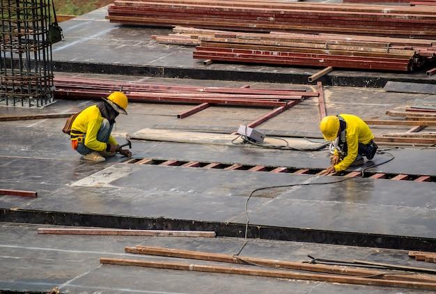 Trabajadores de la construcción que trabajan en el sitio de construcción
