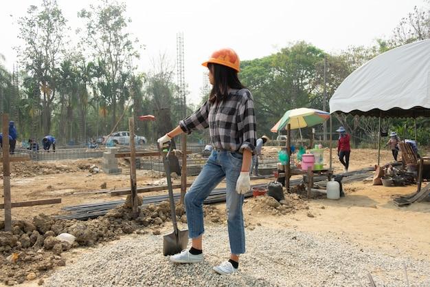Trabajadores de la construcción robusta en el sitio de trabajo
