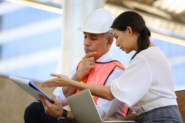 Trabajadores de la construcción trabajando en el sitio de construcción