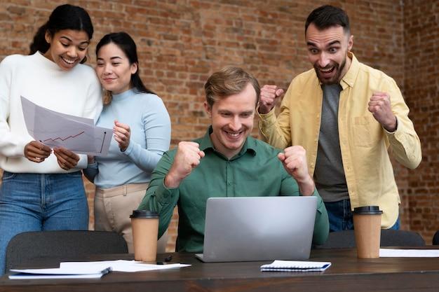 Trabajadores corporativos intercambiando ideas juntos