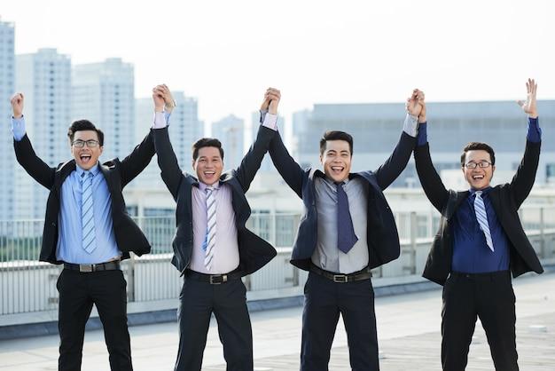Trabajadores de cuello blanco celebrando la finalización del proyecto