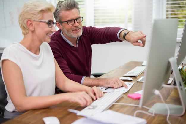 Trabajadores de cuello blanco que trabajan en computadoras