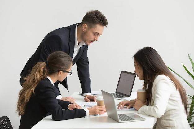 Los trabajadores de la empresa intercambian ideas durante una reunión
