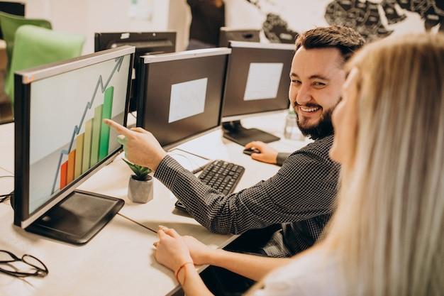 Trabajadores de una empresa de ti que trabajan en una computadora