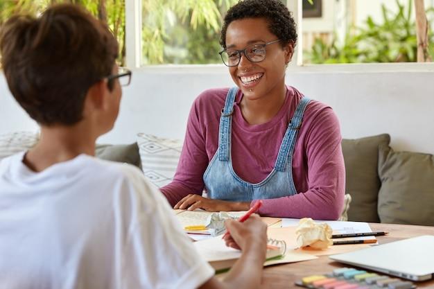 Trabajadores de empresas jóvenes colaboran para discutir asuntos comerciales